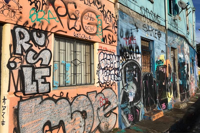 Throw_ups_and_tags_Valparaiso_Chile